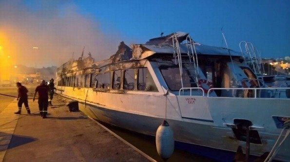 Gargano, fiamme distruggono traghetto per le Tremiti