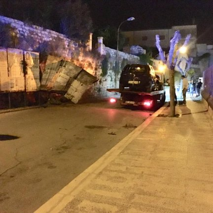 Incidente in via Matteotti, auto sul muro